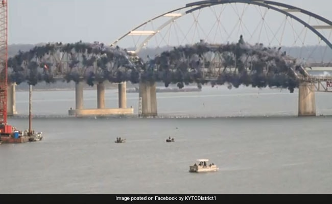 VIDEO: पलक झपकते ही उड़ गया ब्रिज, जोर से हुए धमाके से सहम गए लोग