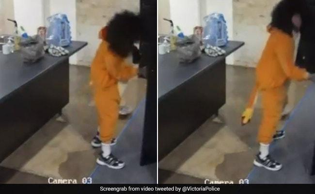 चॉकलेट चुराने के लिए शख्स बना शेर, CCTV में कैद हुई चोरी