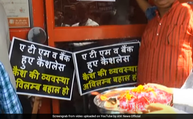 Amid Cash Crunch, Kanpur Traders Pray To 'ATM Deva' In