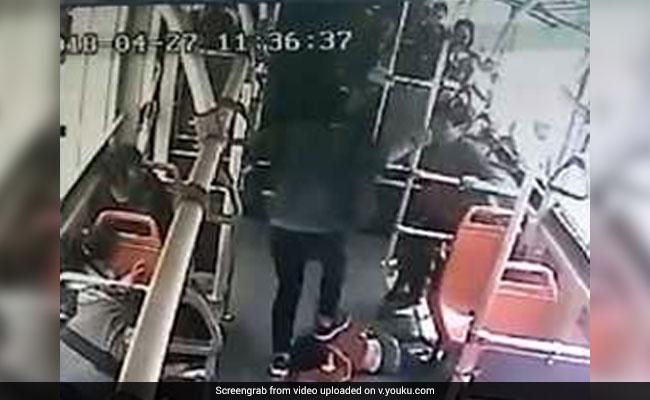 बस में मस्ती कर रहा था बच्चा, शख्स ने गुस्से में किया ऐसा काम, देखें Shocking Video