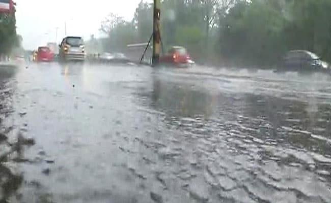 दिल्ली में बारिश ने गिराया तापमान, कई जगहों पर लगा जाम