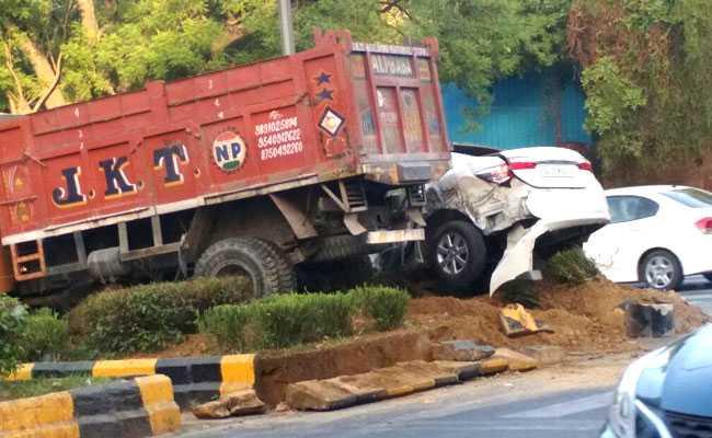 दिल्ली में ट्रक और कार में जबरदस्त टक्कर, एक घायल