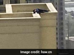 शराब के नशे में छत पर चढ़ गया शख्स और सो गया किनारे पर, जिसने भी देखा रुक गईं उसकी सांसें