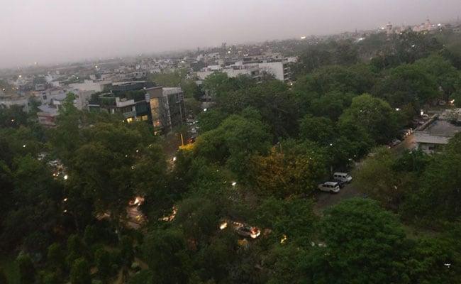 दिल्ली-NCR में तूफान ने फिर दी दस्तक, कई इलाकों में चल रही धूल भरी आंधी