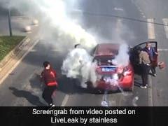 कार के अंदर अचानक होने लगे धमाके, उतरकर यूं भागने लगे लोग