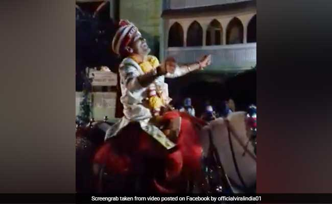 VIDEO: घोड़ी पर बैठकर दूल्हे ने किया ऐसा डांस, रोकते रहे लोग लेकिन रुका नहीं