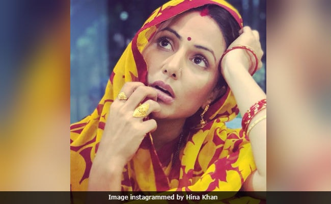 Don't Recognise Bigg Boss' Hina Khan In Smart Phone First Look? We Don't Blame You