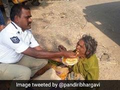 इस पुलिसवाले ने बेघर महिला के लिए किया कुछ ऐसा, फोटो हो गई वायरल