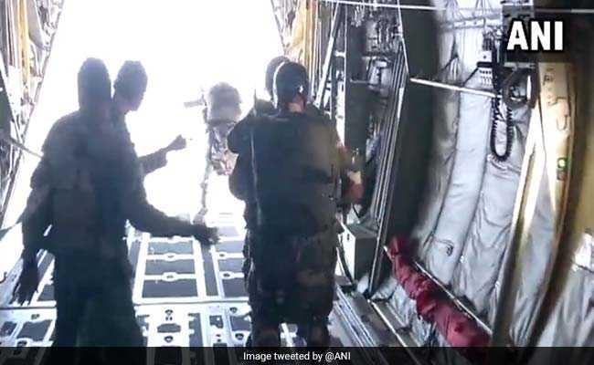 वीडियो: देखिये कैसे हजारों फीट की ऊंचाई से छलांग लगा रहे हैं भारतीय वायुसेना के जवान