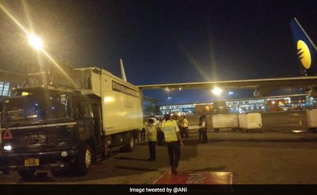 जेट एयरवेज का विमान केटरिंग वैन से टकराया, सभी यात्री सुरक्षित