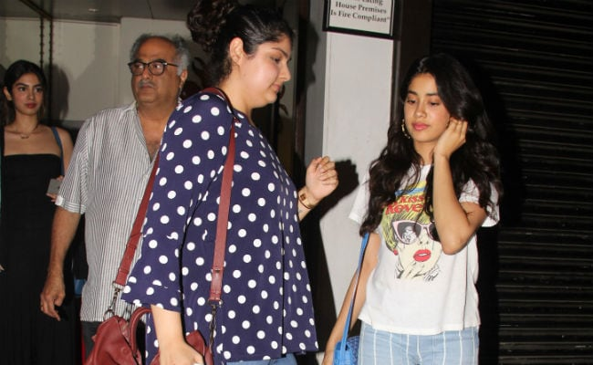 Janhvi, Khushi And Anshula's Friday Night Date With Dad Boney Kapoor