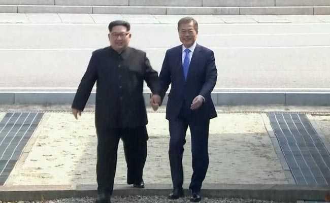पैदल सीमा पार कर किम जोंग ने दक्षिण कोरिया की धरती पर रखा कदम, मून से मिलाया हाथ