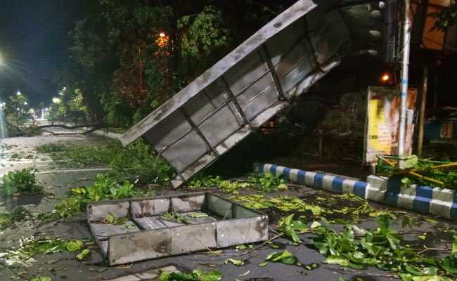 कोलकाता: भारी बारिश के साथ चली तेज हवाएं, 10 की मौत, ट्रेन और हवाई यात्रा प्रभावित