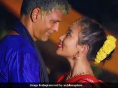 Coronavirus Lockdown: घर में बंद मिलिंद सोमन की पत्नी ने गाया गाना, Video पर कमेंट करते हुए लिखा...