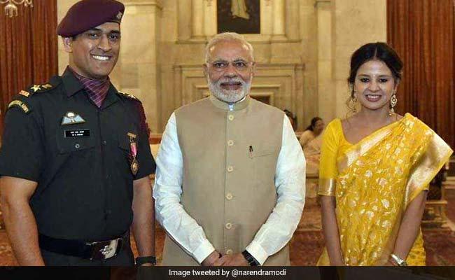 सैन्य वर्दी में एमएस धोनी ने राष्ट्रपति से लिया पद्म भूषण, ट्विटर ने किया सेल्यूट...