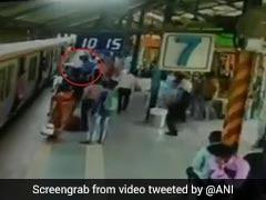 तेज रफ्तार में दौड़ रही थी ट्रेन, महिला का गिरा बैग और फिर...