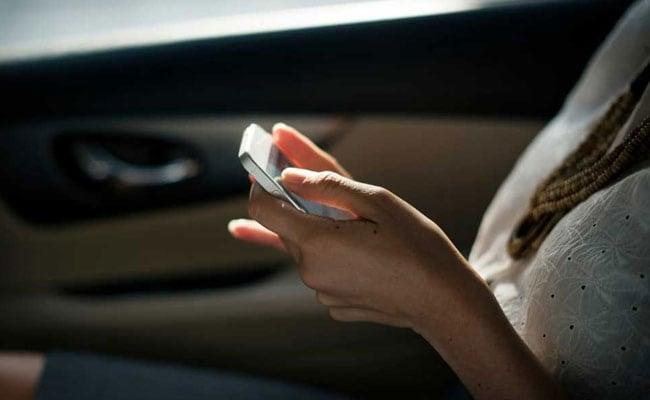 Shocking! ब्रिटेन में इस उम्र में मिल जाते हैं स्मार्टफोन, रहते हैं इतने घंटे फोन पर
