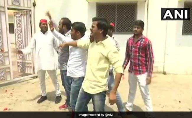 उत्तर प्रदेश : मंत्री ओम प्रकाश राजभर के बयान से नाराज लोगों ने घर पर फैंके अंडे और टमाटर