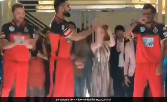 Video: विराट कोहली के डांस को देख जोर-जोर से हंसने लगा ये खिलाड़ी, ऐसे लिए मजे