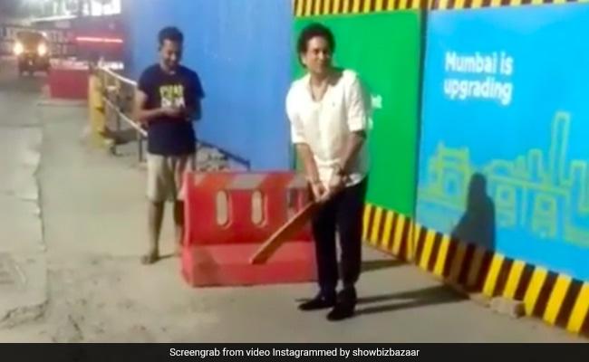 VIDEO: सचिन ने रोड पर मजदूरों के साथ खेला क्रिकेट, देखते रह गए लोग