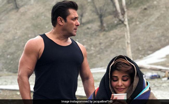 Viral Photo: ठंड से ठिठुर रहीं जैकलीन, उधर बनियान में दिखे सलमान खान