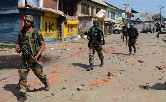 शोपियां मुठभेड़ में कश्मीर विश्वविद्यालय के एक प्रोफेसर भी आतंकियों के साथ घिरे : सूत्र