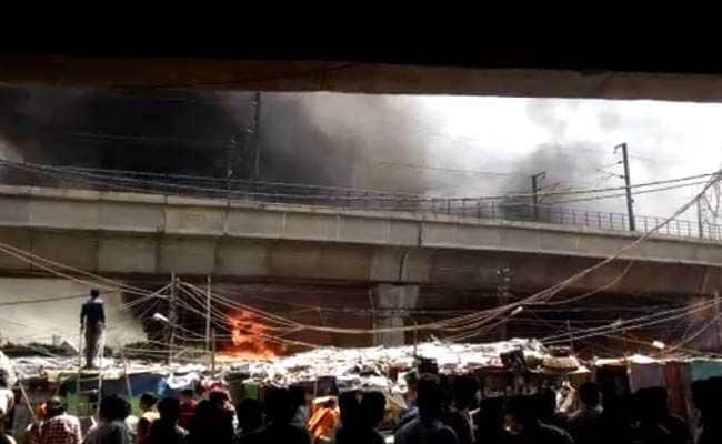 दिल्ली में आग लगने से 250 झुग्गियां जलकर खाक