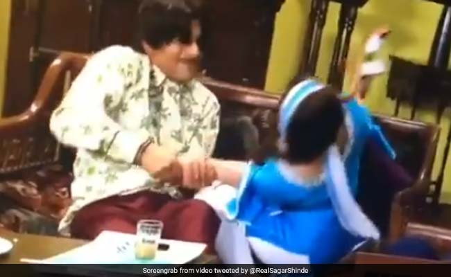 Video: सुनील ग्रोवर ने मरोड़ा शिल्पा शिंदे का हाथ, गिराया सोफे से नीचे...