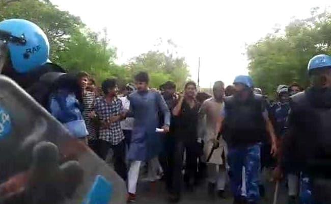 AMU में भीड़ को तितर-बितर करने के लिए पुलिस ने छोड़े आंसू गैस के गोले