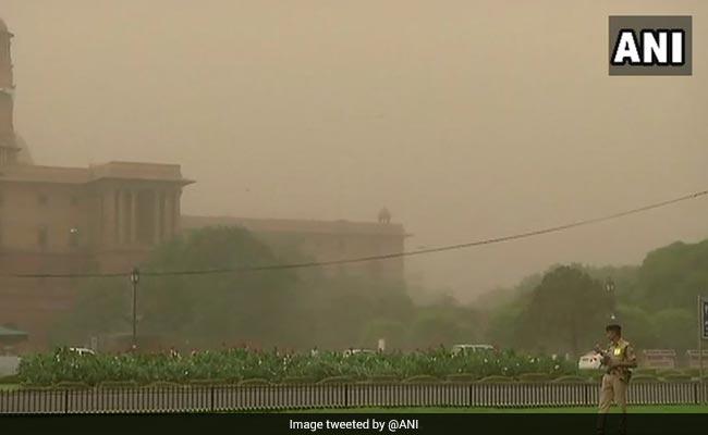 राजधानी दिल्ली समेत आसपास के इलाकों में धूल भरी  आंधी के साथ बूंदाबांदी