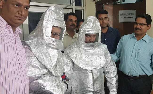 नासा के नाम पर एस्ट्रोनॉट सूट पहनकर फर्जी साइंटिस्टों ने ठगा, पिता-पुत्र गिरफ्तार