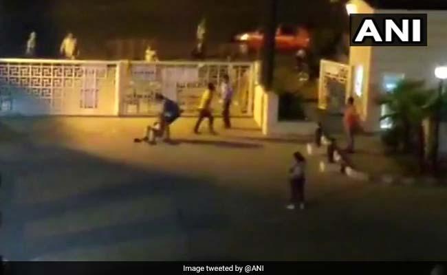 देर रात पार्टी करने से मना करने पर सिक्योरिटी गार्ड के साथ मारपीट, 12 लोगों के खिलाफ एफआईआर