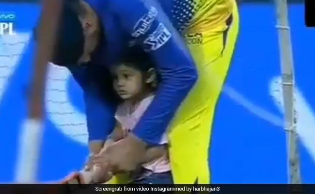 कभी क्रिकेट तो कभी फुटबॉल, Video में देखें हरभजन के साथ बेटी की स्टेडियम के भीतर मस्ती