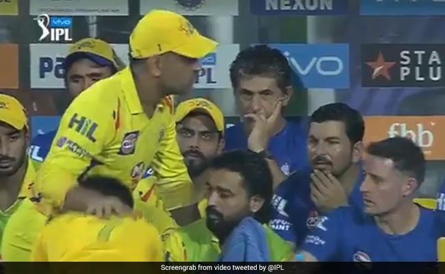 IPL 2018 KKR VS CSK: धोनी से आशीर्वाद लेने के लिए फैन ने किया ऐसा, देखते रह गए विदेशी खिलाड़ी