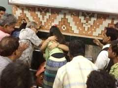कोलकाता मेट्रो में 'गले लगने' पर कपल पर टूट पड़े लोग, जमकर की पिटाई