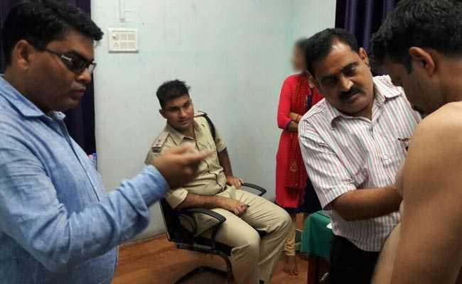 पुलिस भर्ती में महिलाओं और पुरुषों की एक साथ मेडिकल जांच, दो सस्पेंड