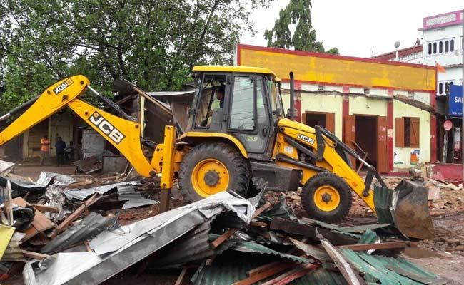 त्रिपुरा : राजनीतिक दलों के ग़ैर अधिकृत दफ़्तरों को ढहाने का काम शुरू