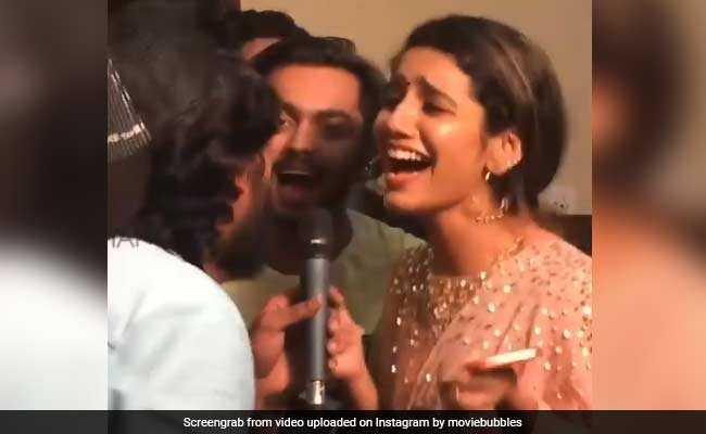 क्या आपने देखा Priya Prakash का डांस? Video में देखें कैसे 'हवा-हवा' पर लोगों के साथ झूमीं प्रिया