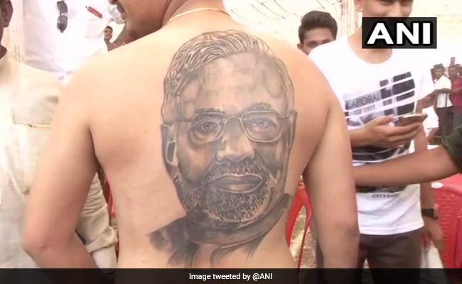 Karnataka Election: फैन ने पीठ पर गुदवाया PM का चेहरा, PM ने भाषण रोककर दिया धन्यवाद