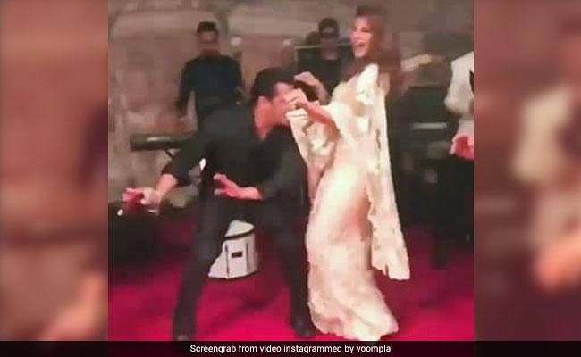 सलमान खान ने मुंह में पल्लू दबाकर किया डांस, ताली बजाने लगी ये एक्ट्रेस; देखें Video