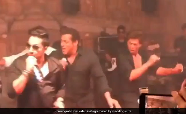 सलमान और शाहरुख ने किया 'टन टना टन' पर डांस, सोनम कपूर के रिसेप्शन पर ऐसे लगाई आग