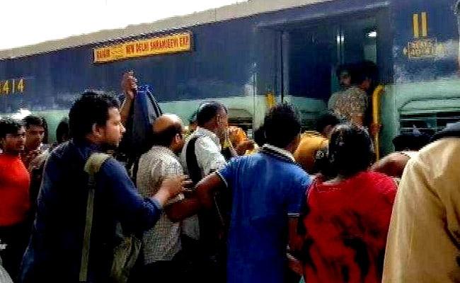 भीड़ से बैठ गया संपूर्ण क्रांति एक्सप्रेस का डिब्बा, यात्रियों को खींचकर निकाला बाहर