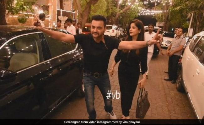 VIDEO: सोनम कपूर की शादी पर चाचा संजय कपूर हुए इतने ख़ुश, सड़क पर ही करने लगे भांगड़ा