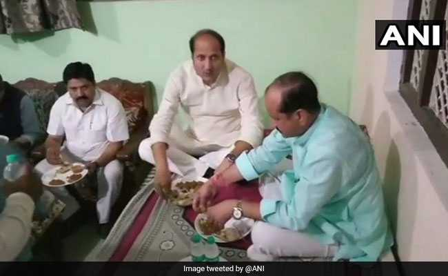योगी के मंत्री ने दलित के घर खाया बाहर का खाना, घरवालों ने कहा- वह रात में अचानक आ गये