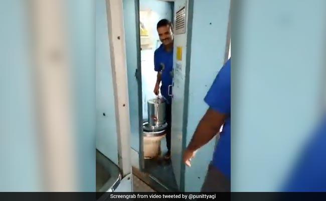 ट्रेन के अंदर चाय के डिब्बे में मिलाया जा रहा था टॉयलेट का पानी, वीडियो हुआ वायरल