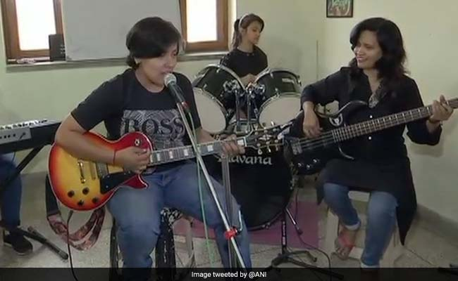 अनोखा है उत्तराखंड का Womenia बैंड, महिलाओं के हक के लिए इस तरह कर रहा है काम