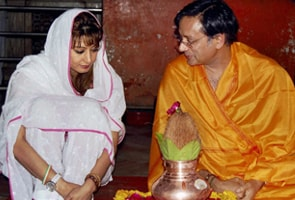 Shashi Tharoor to wed Sunanda Pushkar on Aug 17?