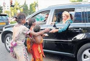 Paris Hilton gives $100 to Mumbai beggar