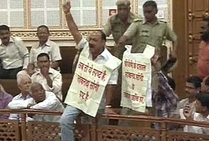Jaipur municipal corporation: Corporator attempts to leap from the balcony of the house