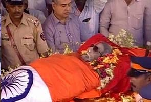 Uddhav Thackeray collects father's ashes